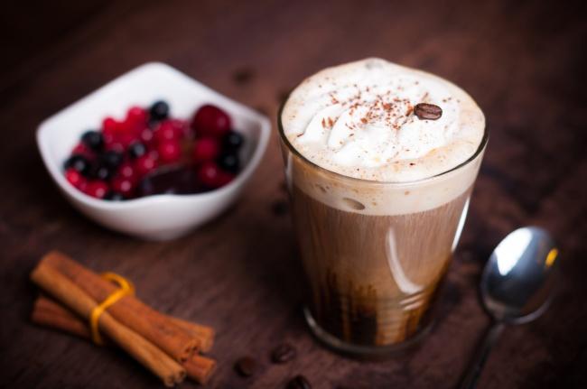 Вам понадобятся: 80мл черного кофе 40мл виски 1ч.л. коричневого сахара 30мл взбитых сливок Приг