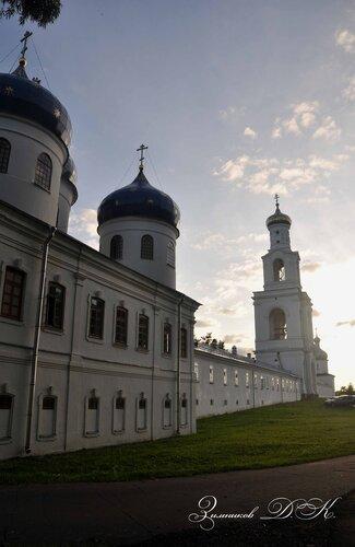 Cвято-Юрьев монастырь, Крестовоздвиженский собор и Надвратная колокольня.