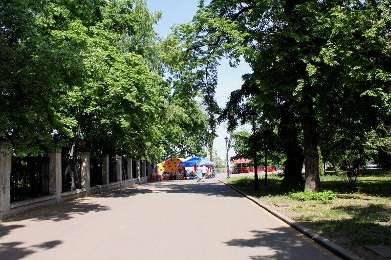 Дорога вдоль ограды стадиона Динамо
