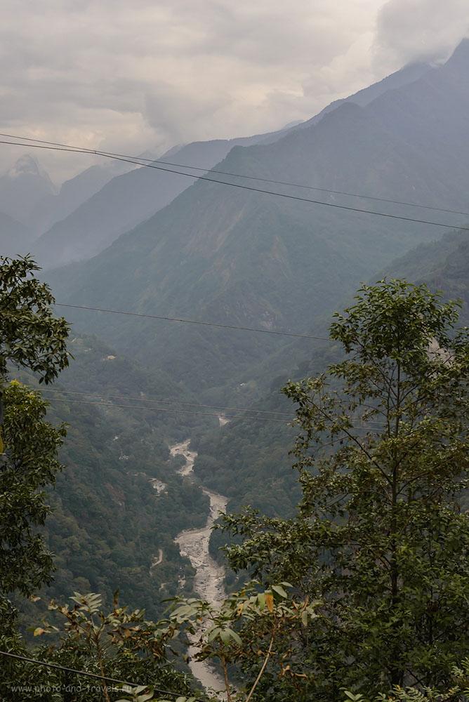 Снимок 4. Горная река в Гималаях. Путешествие по штату Сикким. Отчет о самостоятельном отдыхе в Индии в ноябре 2015. Диафрагма f/ 8.0, 1/400, 1000, -0.7 EV, 52 mm.