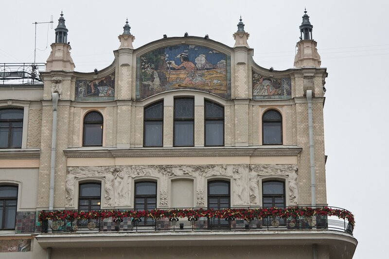 Декоративное майоликовое панно  А. Головина «Жажда» на фасаде гостиницы «Метрополь»
