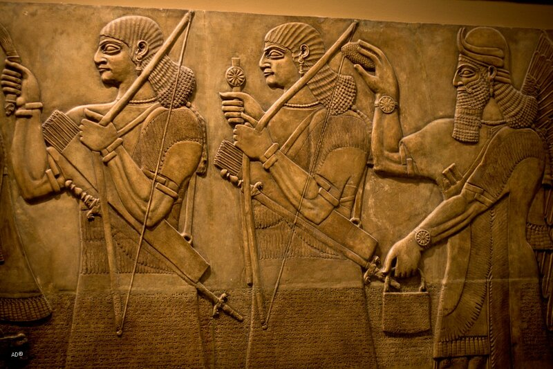 Слепок рельефа из Нимруда с изображением царя Ашшурнацирапала II, держащего в руках жертвенную чашу и окруженного крылатыми гениями-покровителями и придворными, 605 х 228 см, IX век до н.э.