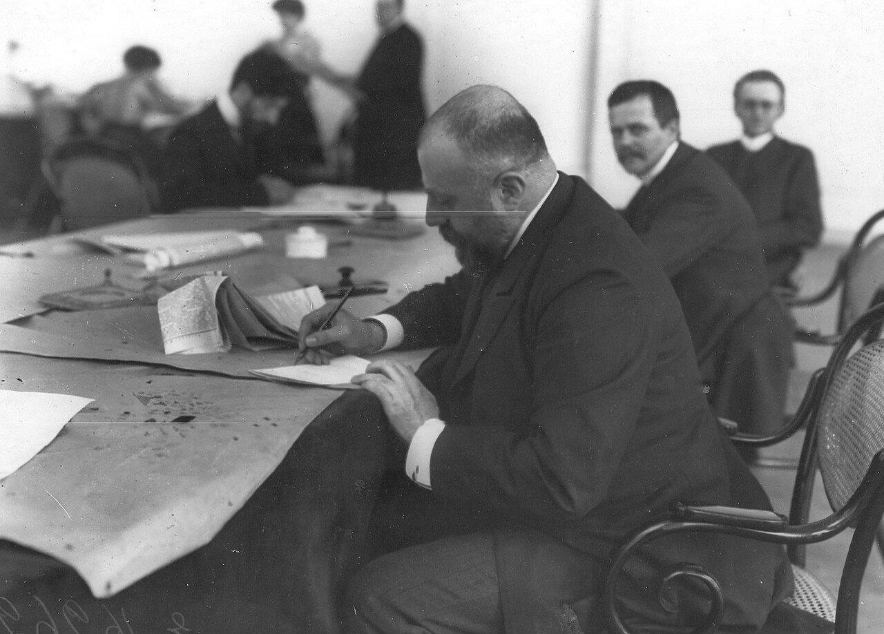 1906. Выборщики в Городской думе за заполнением бюллетеней на первом плане князь Павел Дмитриевич Долгоруков