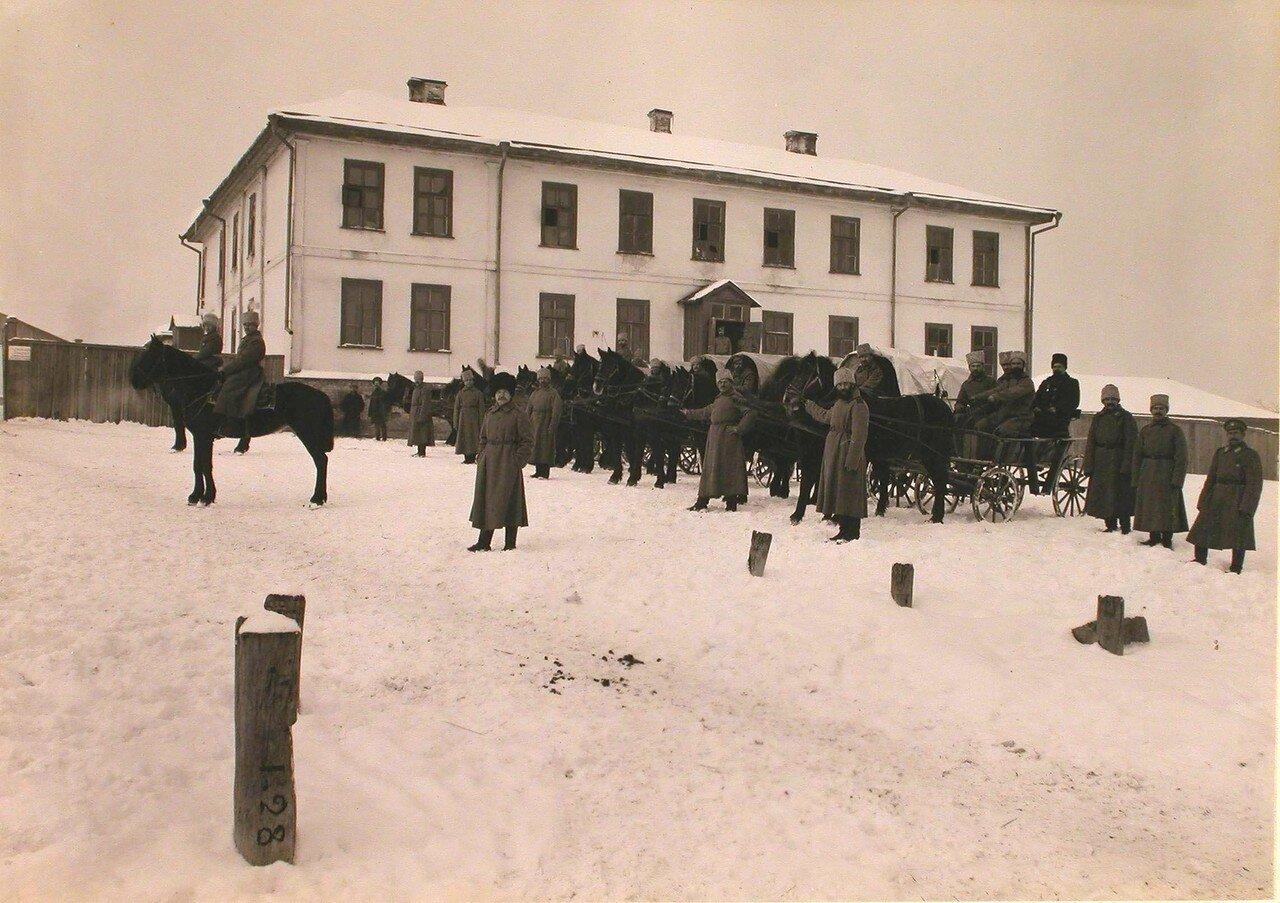 18. Конный отряд Красного Креста,двуколки и фуры у здания лазарета