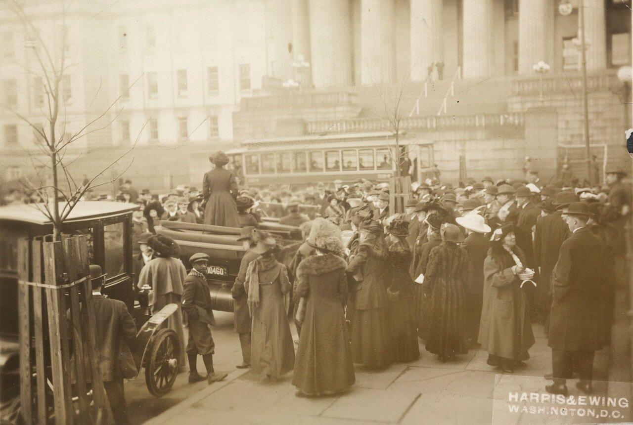 Г-жа Мэри Бирд, жена профессора Чарльза Бирда из Колумбийского университета и член Исполнительного комитета Конгресса Союза за женское равноправие выступает во время собрания на открытом воздухе 3 марта 1913 г. с призывом к Конгрессу принять поправку об и