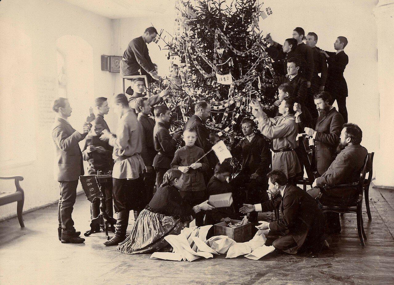 Украшение рождественской елки в Красноярской учительской семинарии. 27-30 декабря 1894