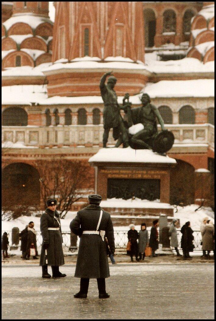 Милиционер у памятника Минину и Пожарскому