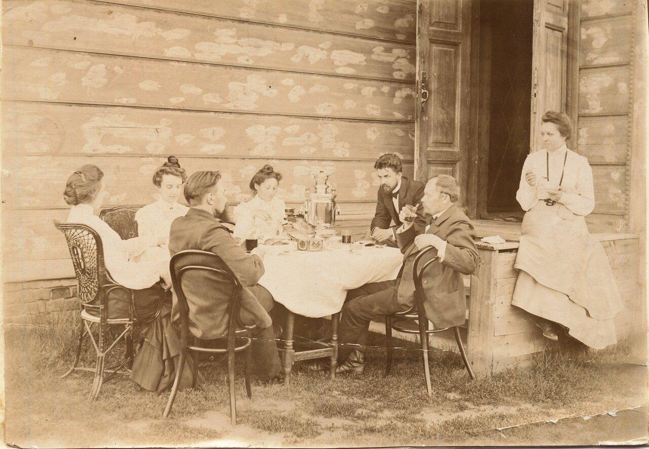 1902, 30.06.Компания Рубашкиных у крыльца за самоваром