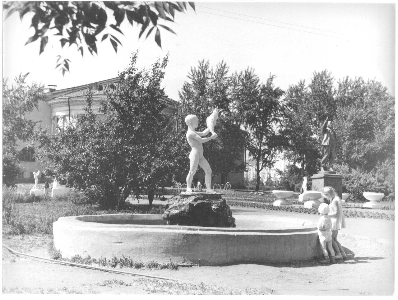 1960-е. В сквере за кинотеатром