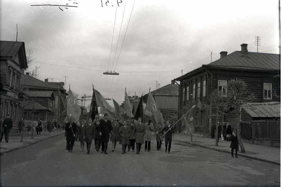 Работники авиатехникума на демонстрации 1970-го года