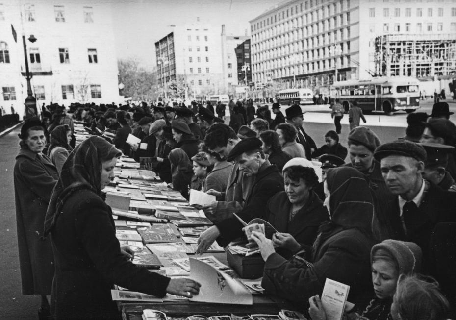 1957.10.22. Киевляне покупают книги в книжных киосках на площади Калинина во время месячника книги