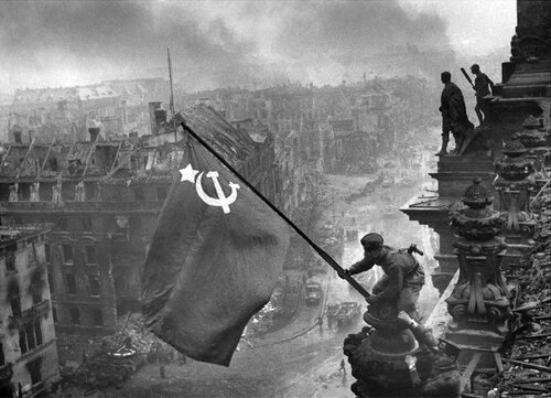 Знамя Победы над рейхстагом в 1945 году