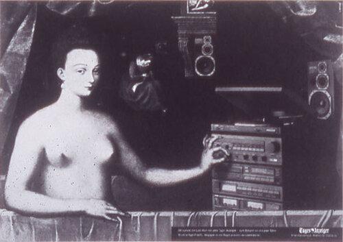 Голая женщина включает музыкальный центр