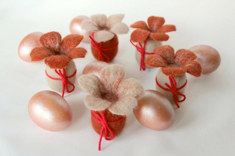 Пасхальные яйца с цветочными шляпками