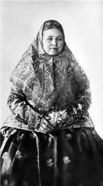 Женщина в нижегородском праздничном костюме. 1900-е гг.