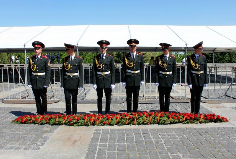 Церемония возложения цветов в День Победы