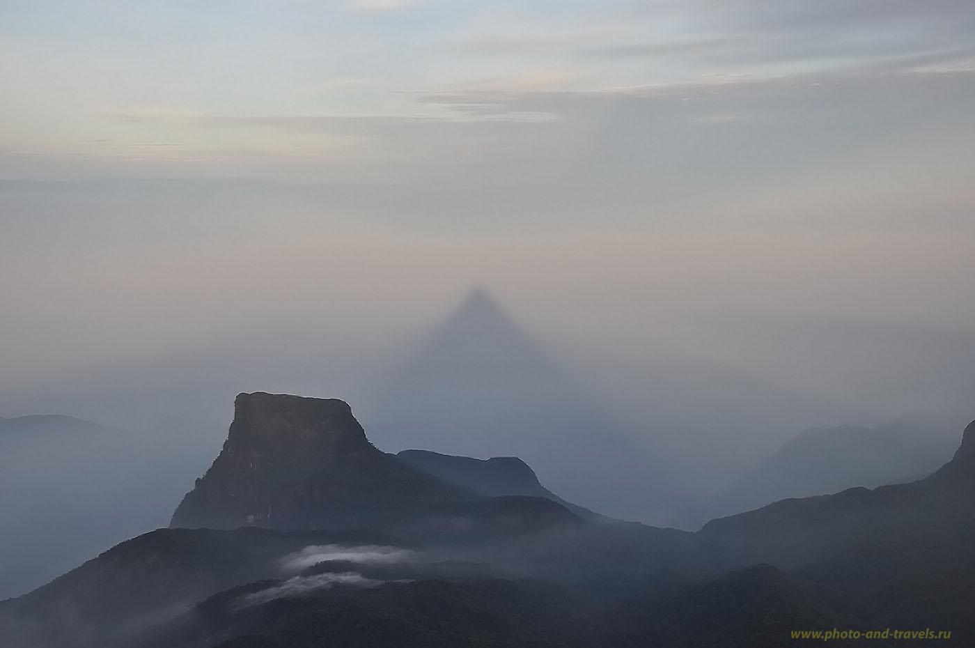 Фотография 4. Шри-Ланка отзывы туристов. Европейцы любят подниматься на Пик Адама, чтобы запечатлеть треугольную тень горы, создаваемую утренним солнцем.