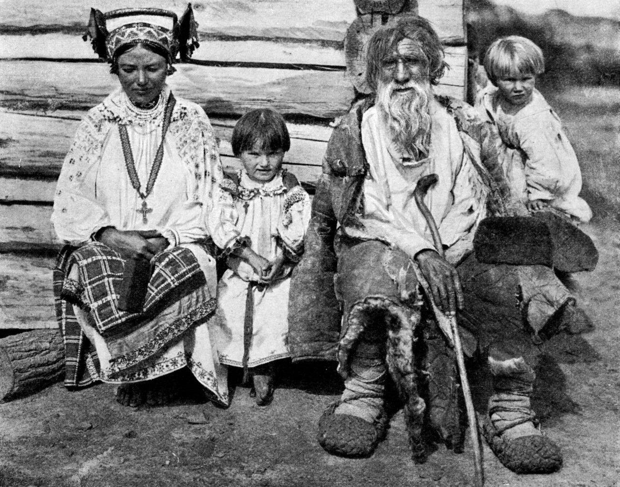 14. Группа, снятая в деревне Логаревке, где молодуха одета в паневу и праздничный повойник.