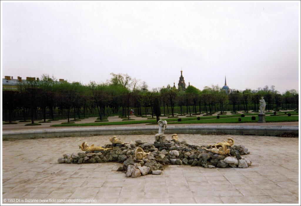 Петергоф, 10-05-1993. Когда мы прибыли, то были очень разочарованы, узнав, что знаменитые фонтаны все еще выключены