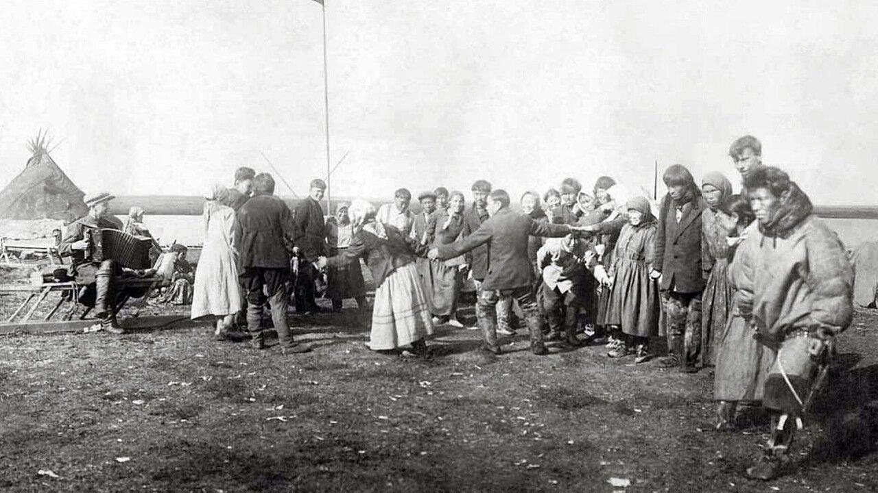 1937. Хоровод под гармонь на Дне оленевода. Ненецкий округ,