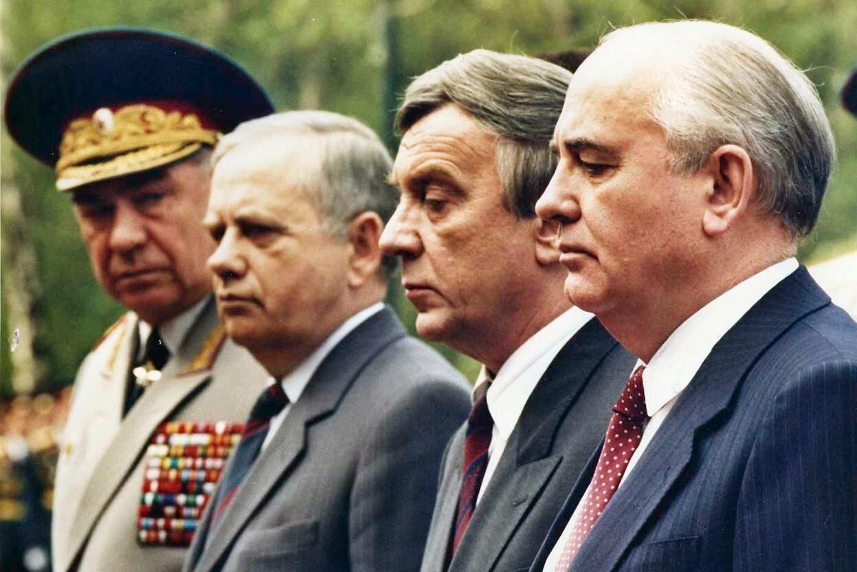 За несколько недель до переворота Михаил Горбачев выступает в окружении своих так называемых друзей