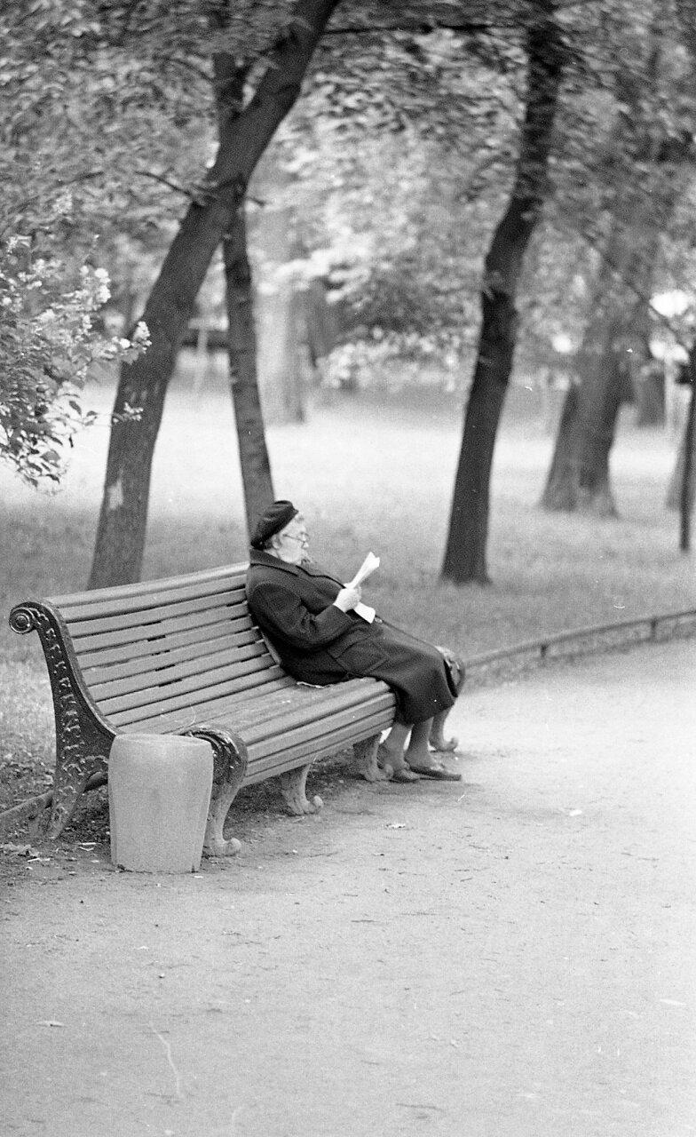 Старушка читает на скамейке. Москва
