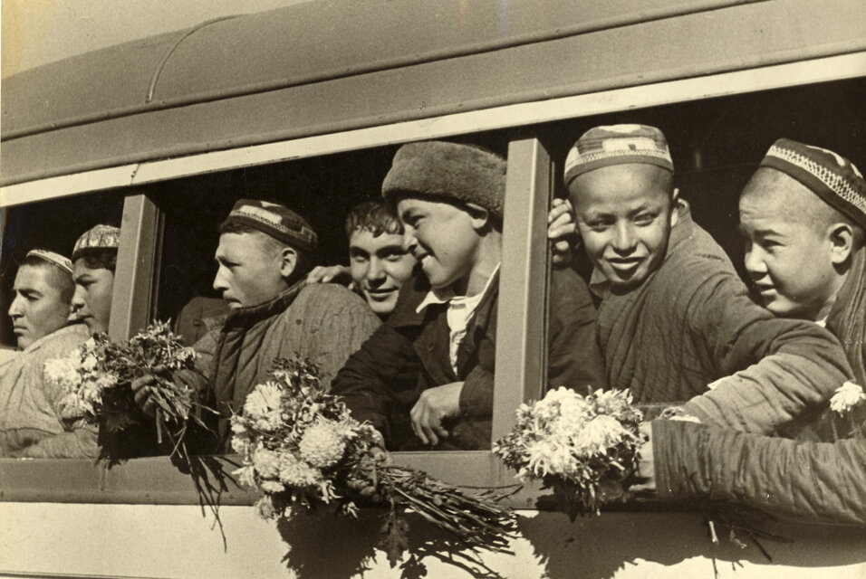 Узбекские дети прибыли в Ташкент, чтобы записаться в техникум, начало 1930-х.