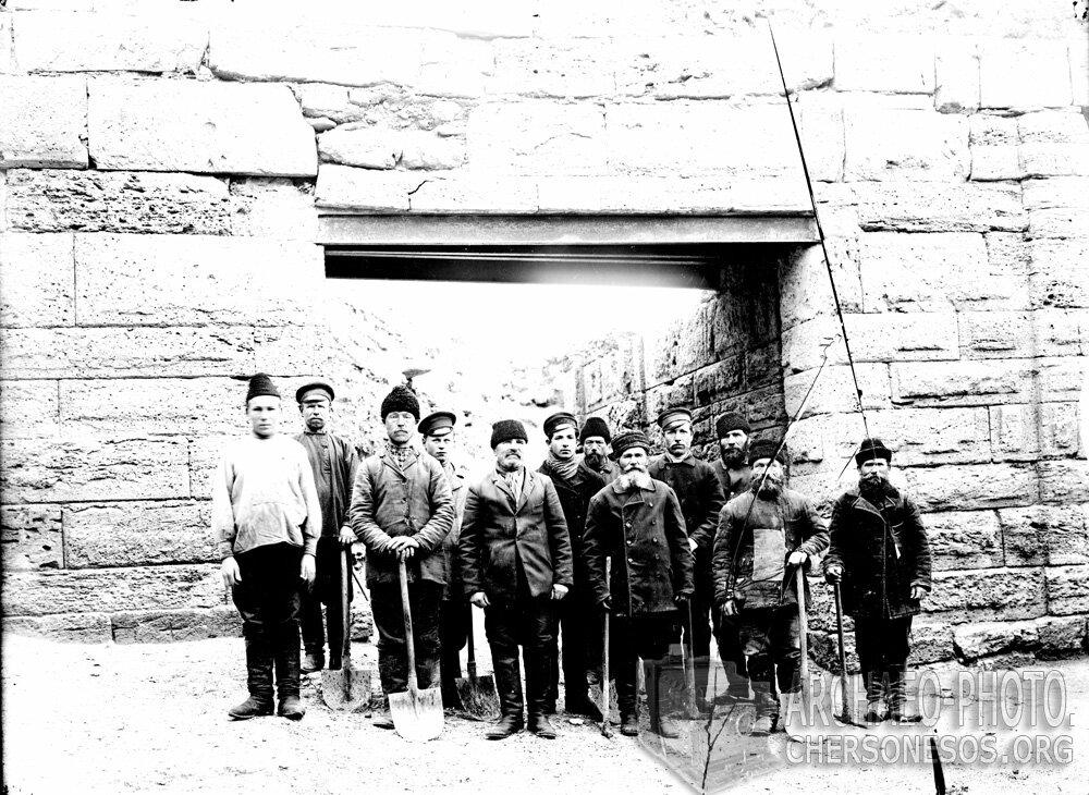 Артель рабочих К.К. Косцюшко-Валюжинича в проеме открытых им ворот