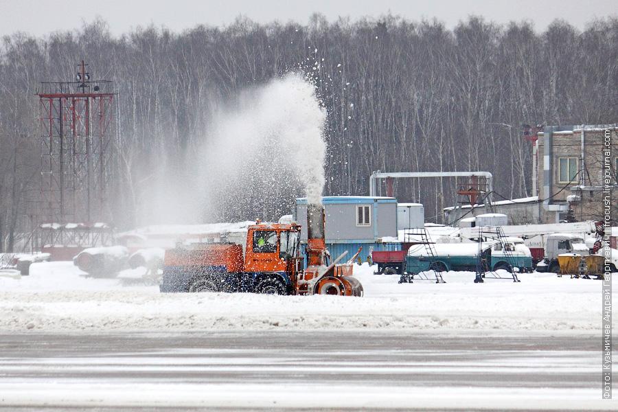 Снегоочистительная машина в аэропорту Домодедово