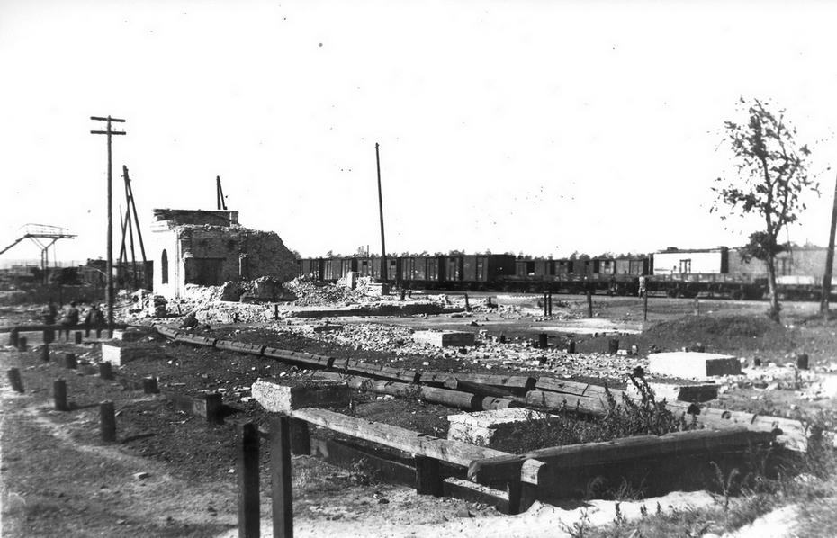 """1946. Руины пассажирского вокзала станции """"Дарница"""""""