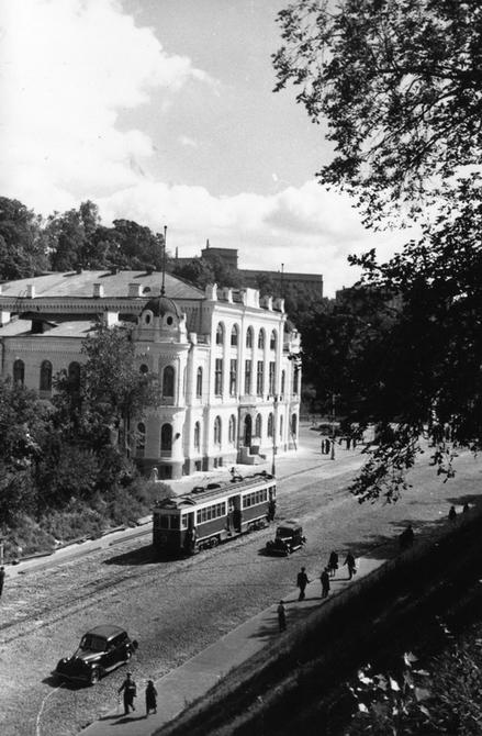 1950-е. Республиканская филармония (бывшее Купеческое собрание) и трамвай на Владимирском спуске. Фото: Хижняк Г.М.