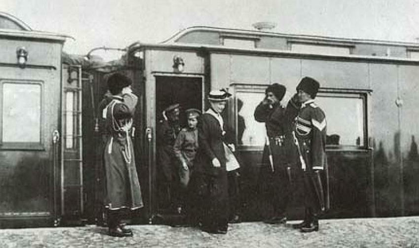 Императрица Александра Федоровна, царевич Алексей, Николай II выходят из вагона по прибытии в военную ставку :: Фотографии 1914-
