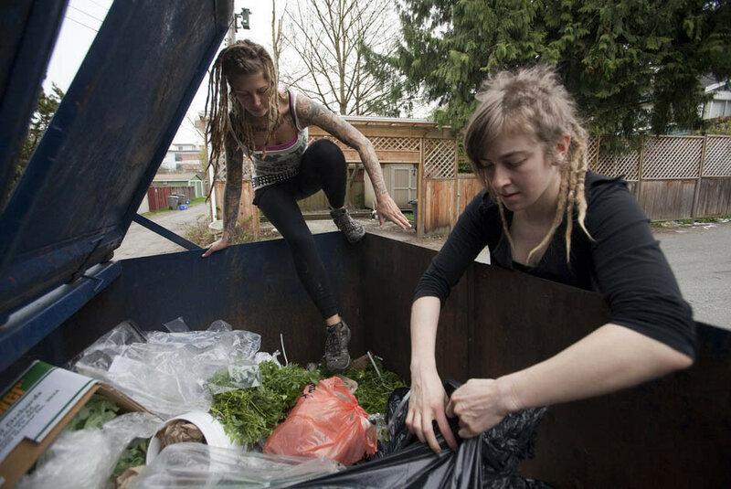 Фриганы, поиски пищи по мусорным бакам