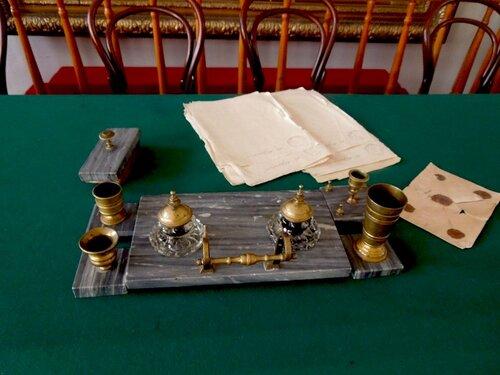 Письменный прибор, конверт с заданиями, бумага для экзаменующихся.Стол экзаменаторов.