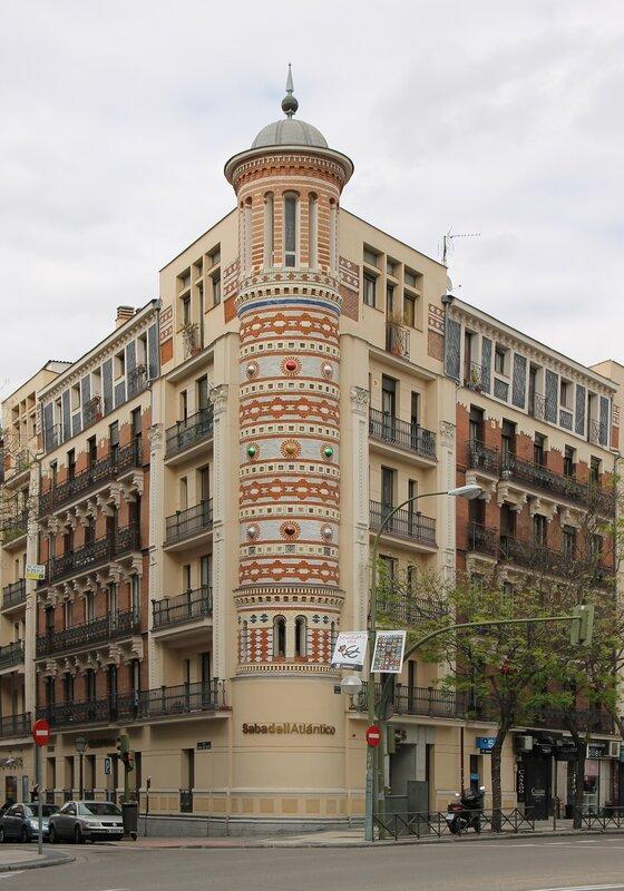 Мадрид. Проспект Алькала. Здание банка Sabadell atlantico.