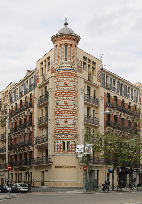 Мадрид. Проспект Алькала. Здание банка Sabadell atlantico.   Alcalá Madrid