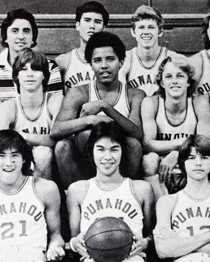 Барак Обама среди школьной баскетбольной команды.
