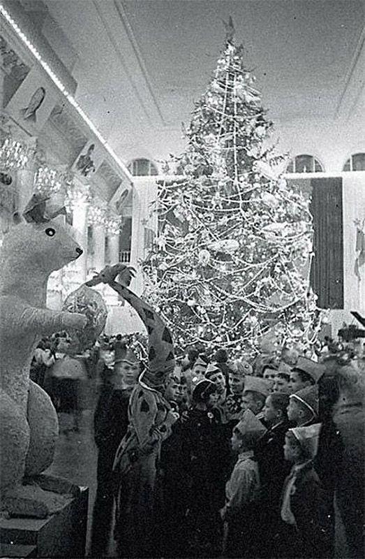 14. Во-вторых, нужно было обеспечить ребенка билетом на Новогоднюю елку, подарком, костюмом снежники