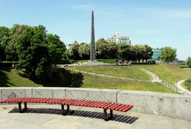 Скамейка на площадке обозрения парка Славы