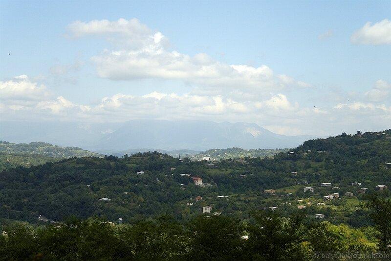 Облака над далёкой Рачей. Вид из окрестностей монастыря Гелати