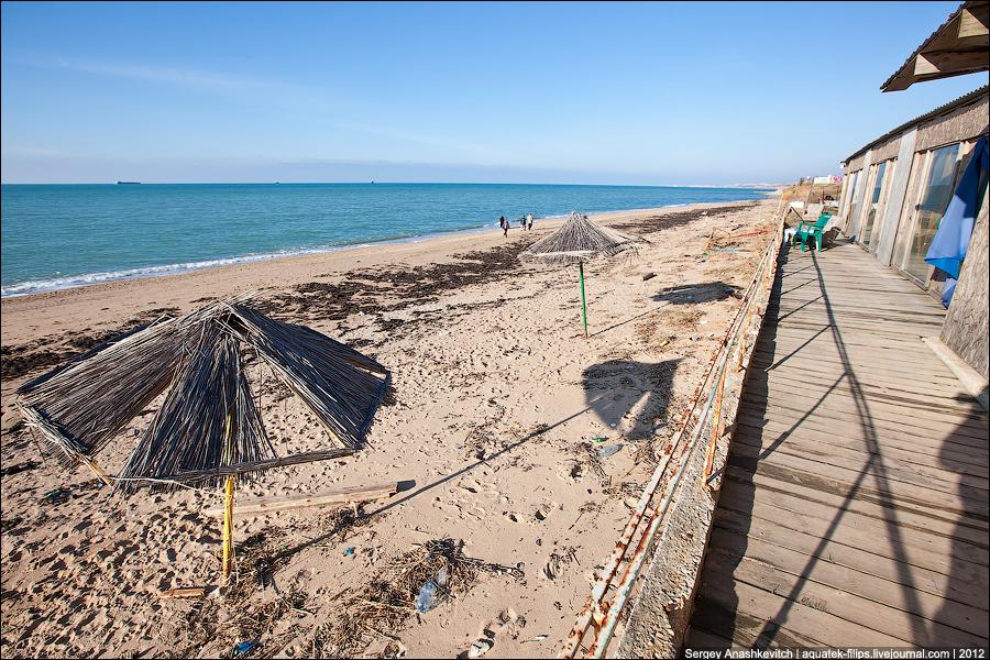 Несезон. Мусорный пляж