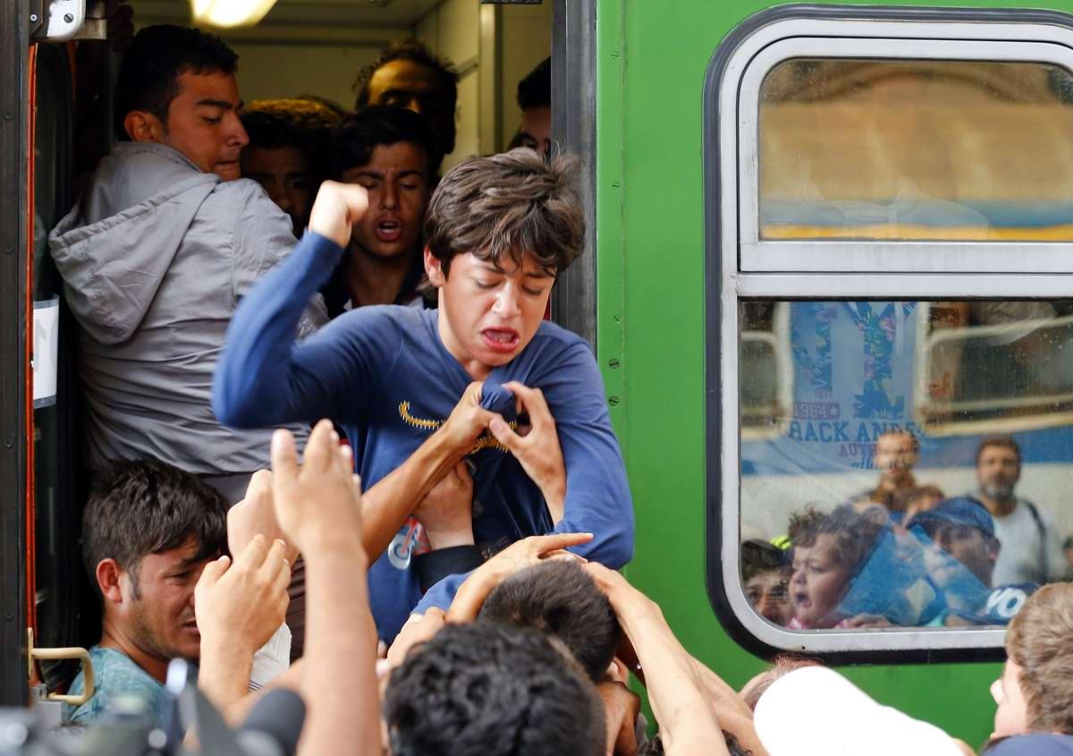 Штурм Будапешта: Мигранты с Ближнего Востока на ж/д вокзал венгерской столицы (22)
