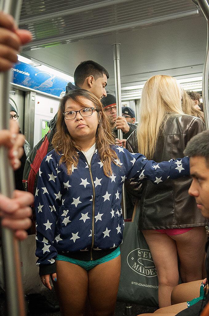Прикольные фотографии женщин без штанишек 24 фотография