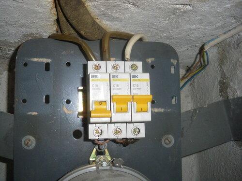 Фото 9. Автоматический выключатель одной из групп находится в положении «Выключено». Крупный план. Перемычки между автоматическими выключателями тонковаты.