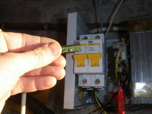 Фото 6. Старый соединитель рычажков автоматических выключателей не подходит к автоматам нового образца.