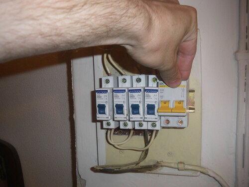 Фото 3. Вместо двух однополюсных автоматических выключателей (справа) лучше установить двухполюсный автомат.