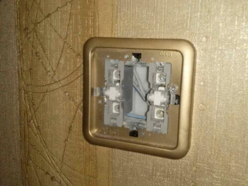 Фото 2. Демонтаж одноклавишного выключателя «Гуси» («Gusi») с диагностической целью. Клавиша снята. Осталось снять рамку и извлечь механизм выключателя из установочной коробки.