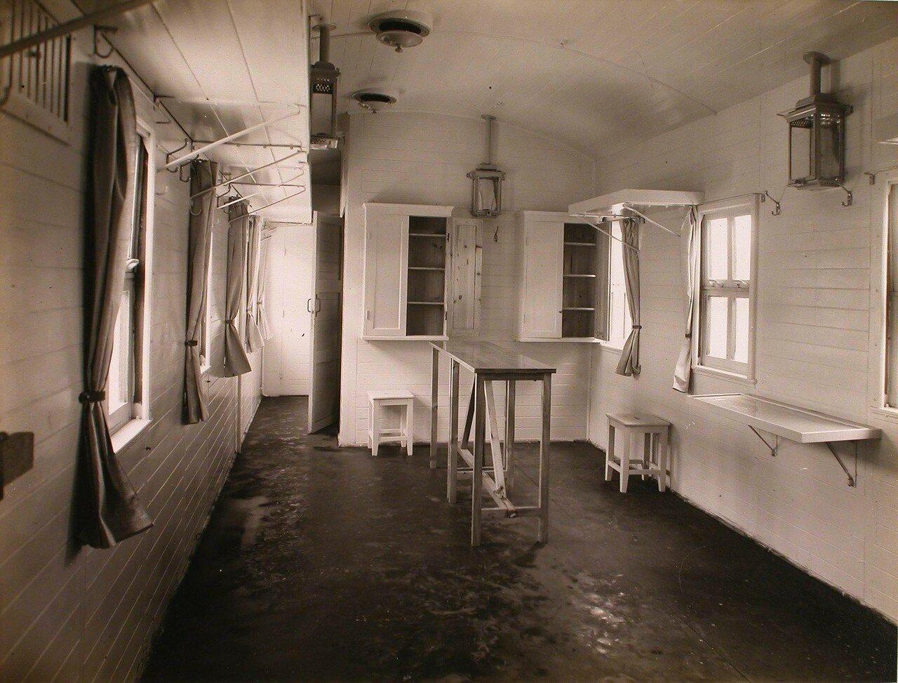 16. Вид вагона-перевязочной в передовом санитарном поезде