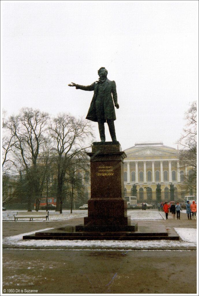 Санкт-Петербург, Площадь Искусств, апрель 1993. Памятник Александру Пушкину и на заднем плане Михайловский дворец