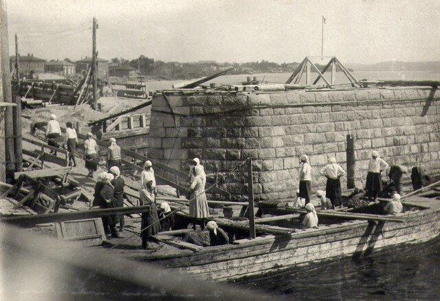 У опоры №1. Разгрузка щебня из баржи. Август 1934г.